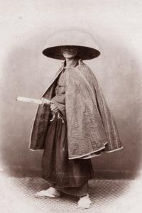 Самурай в традиционной одежде для путешествий.