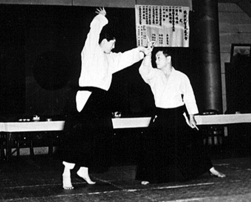Хиса Такума демонстрирует Хиджи-но-баши айки